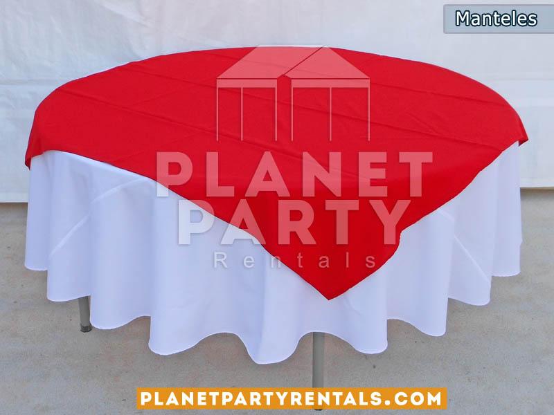 mesa redonda con mantel redondo blanco y diamante rojo