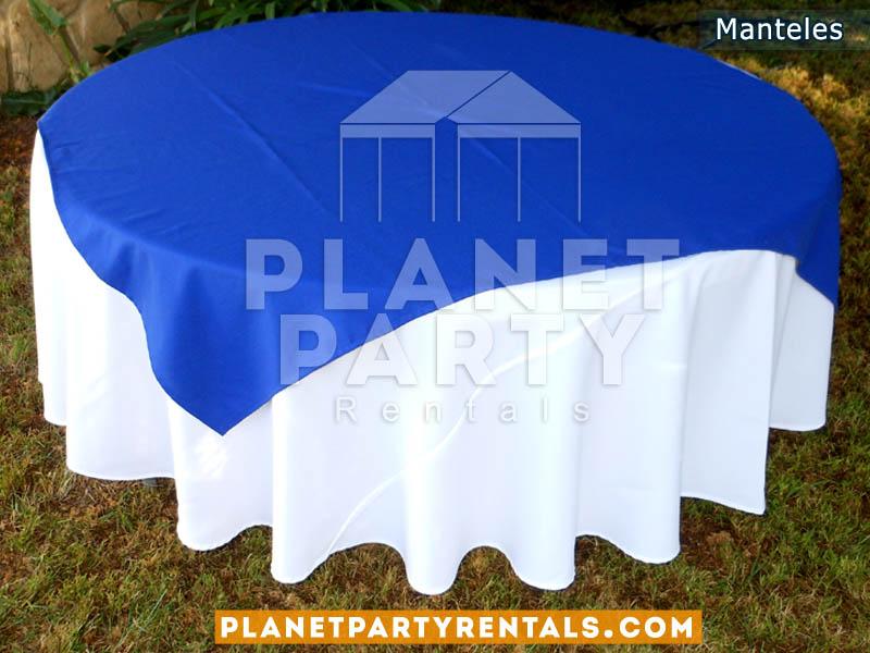 mesa redonda con mantel redondo blanco y diamante azul