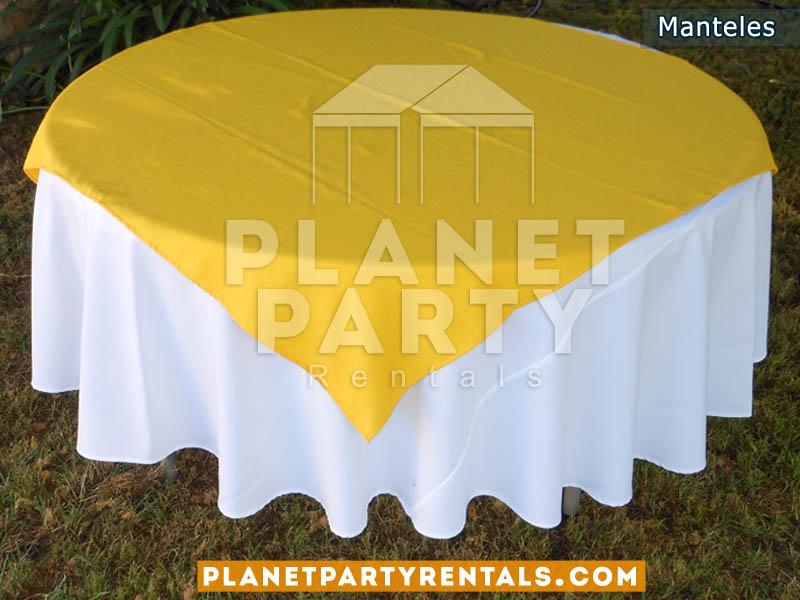 mesa redonda con mantel redondo blanco y diamanteamarillo