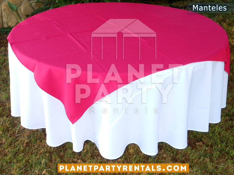 mesa redonda con mantel redondo blanco y diamante fuchsia