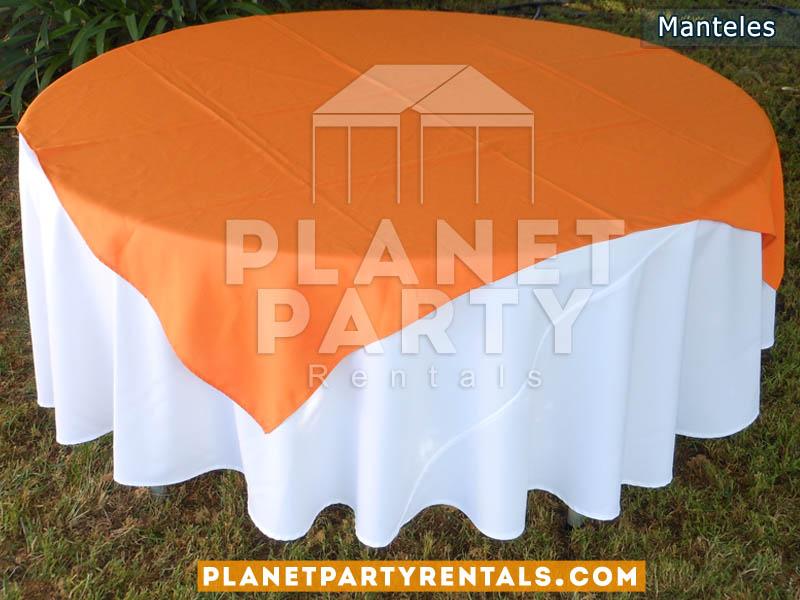 mesa redonda con mantel redondo blanco y diamante anaranjado
