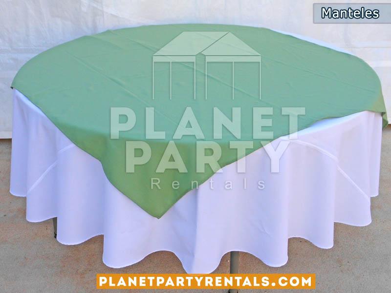 mesa redonda con mantel redondo blanco y diamante turquesa