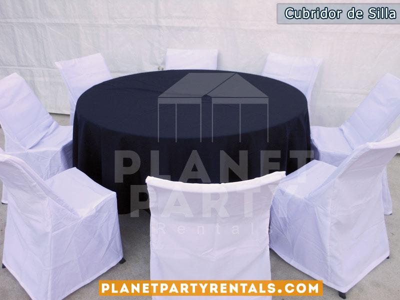 mesa redonda con mantel negro redondo y sillas con cubridores blancos