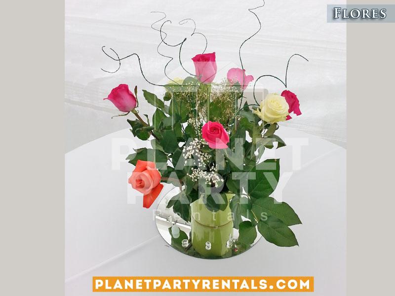Arreglo de vase de color en vase de plastico para mesas