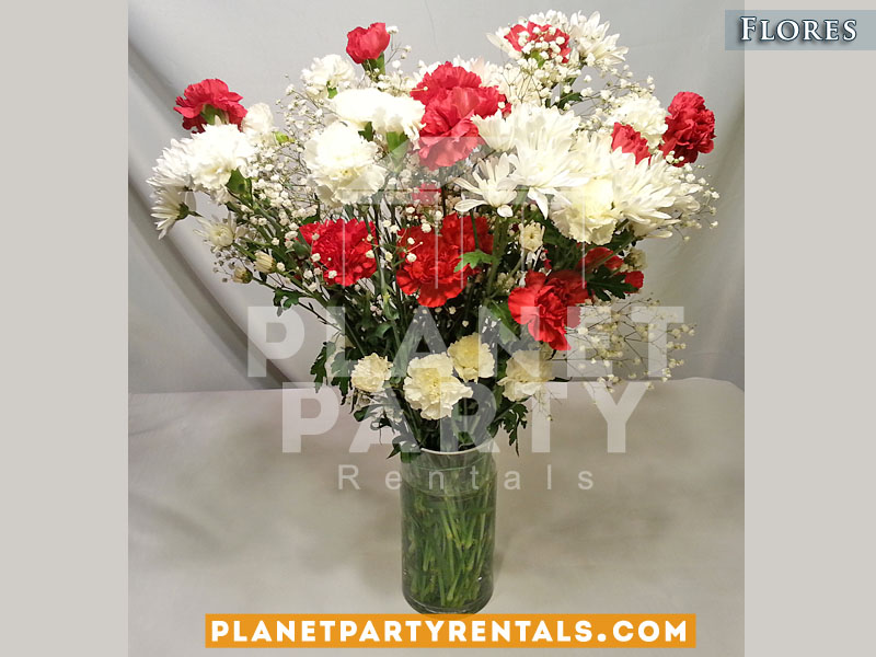 Arreglo de flores con carnations rojas y blancas en vase de vidrio