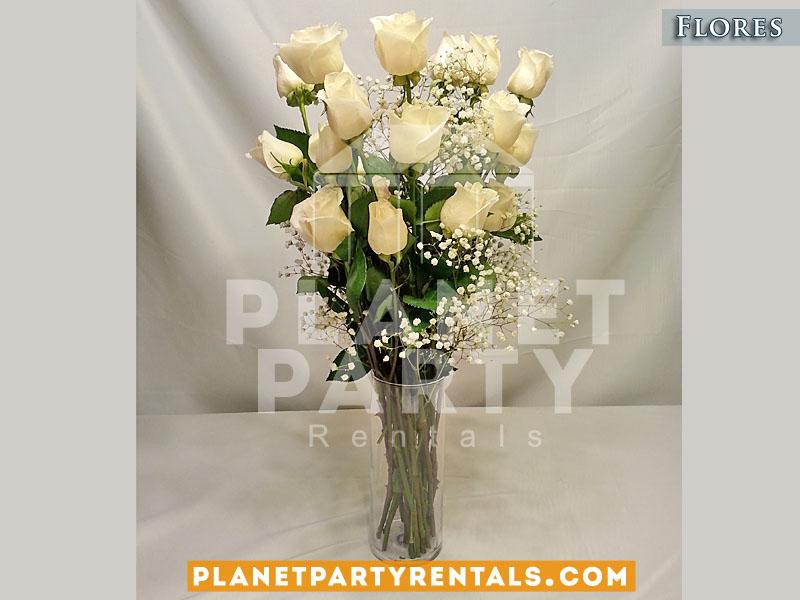 Arreglo de rosas blancas con llovisna en vase clara para XV Quinceanera eventos religiosos