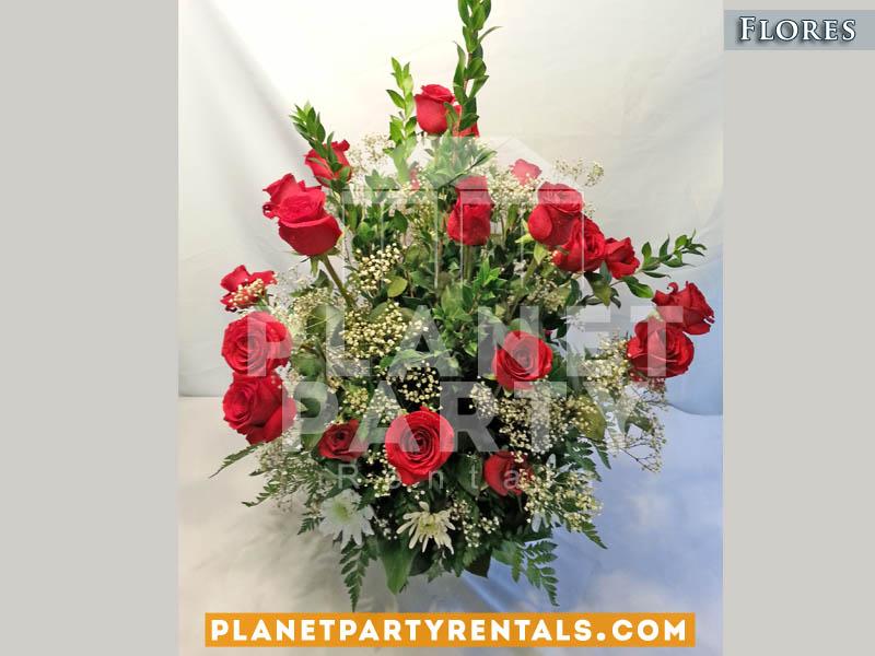 Bouquet de flores rosas rojas con llovisna en canasta