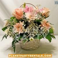 Arreglo de flores con Rosas rosa y llovizna en canasta blanca